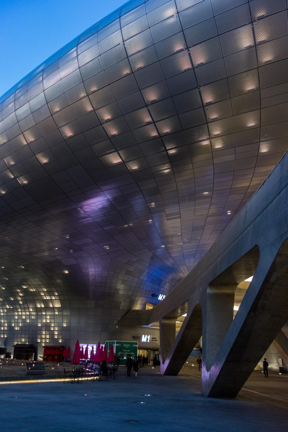Dongdaemun Design Plaza - Subtle illumination of the building skin